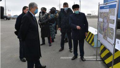 """Photo of """"Надо быть готовыми ко всему"""": Токаев в маске лично проверил блокпост в Нур-Султане"""